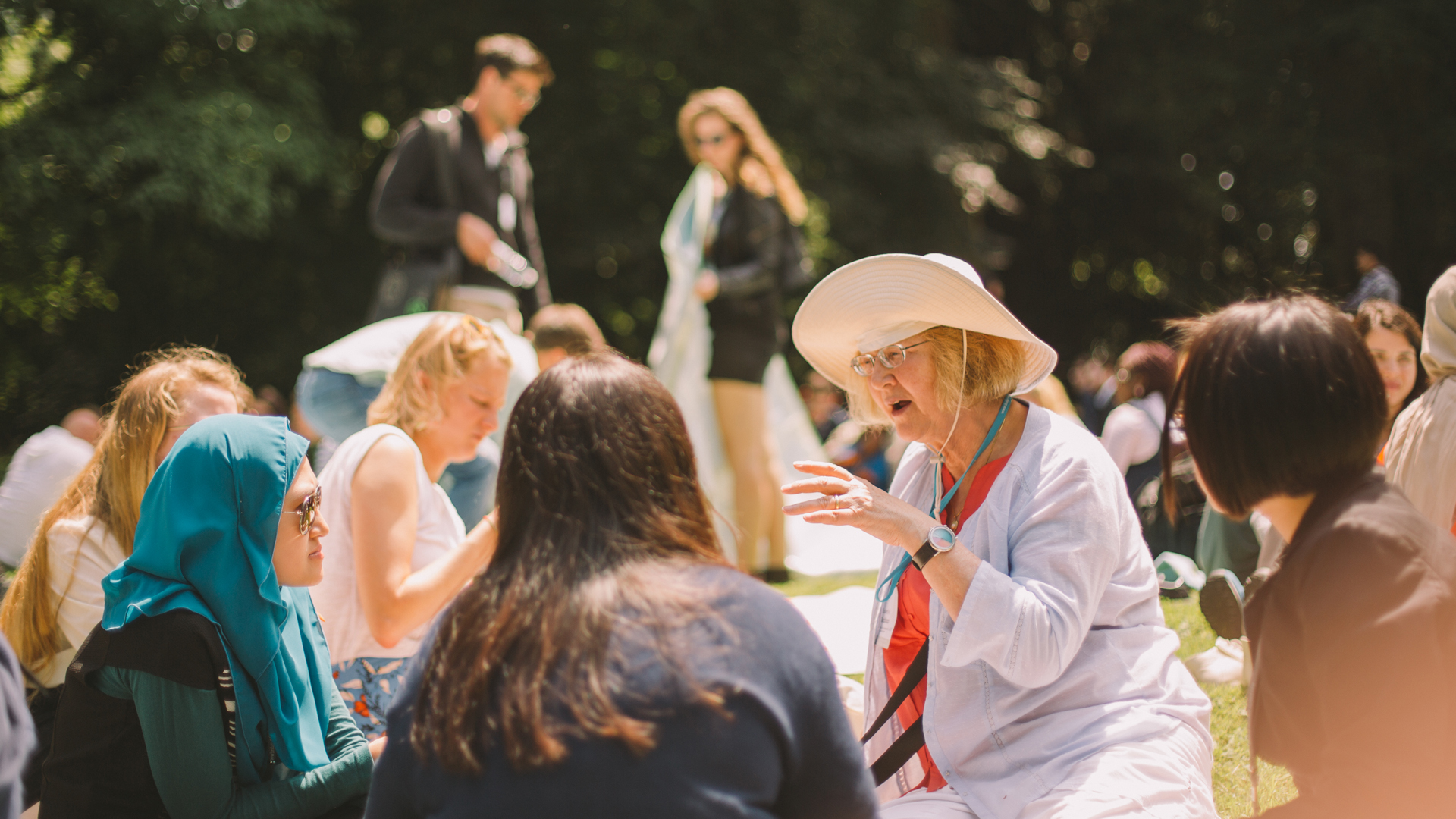 Elizabeth Blackburn, initiator of the LIndau Guidelines on the island Mainau during closing day of the 68th Lindau Nobel Laureate Meeting, discussing with young scientists